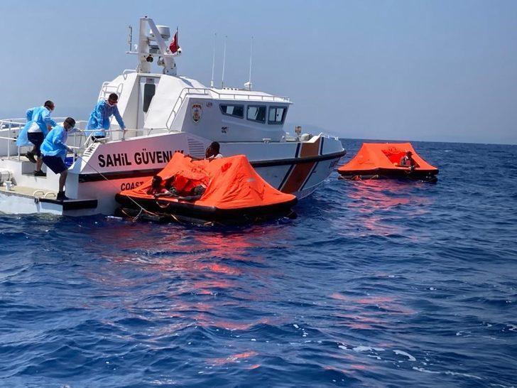 Foça'da can sallarındaki 26 kaçak göçmen kurtarıldı