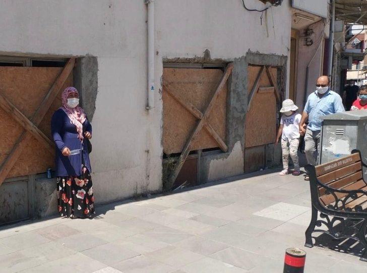 Sokaklarda maskeli dilenciler