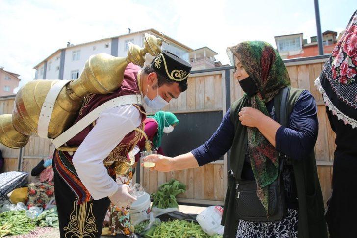 Altınordu'da pazara gelenlere limonata ikramı