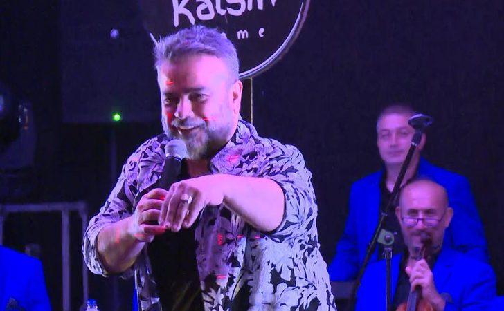 Bülent Serttaş'a hayranı sahnede 10 bin dolarlık yüzük hediye etti