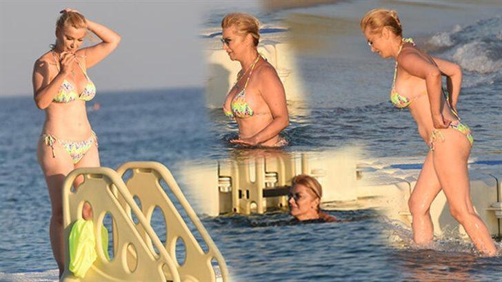 Songül Karlı'nın bikini kazası! Sudan çıkarken...