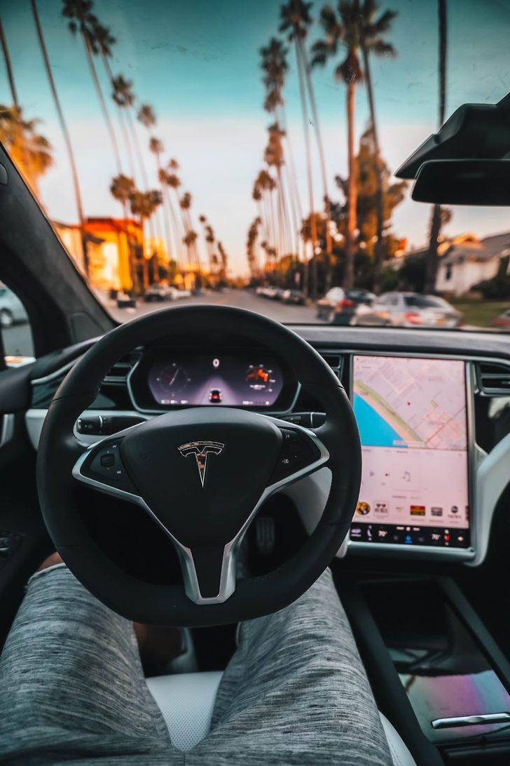 Tesla'nın bu özelliklerini ilk kez göreceksiniz! Standart araçlardan farklı olarak...