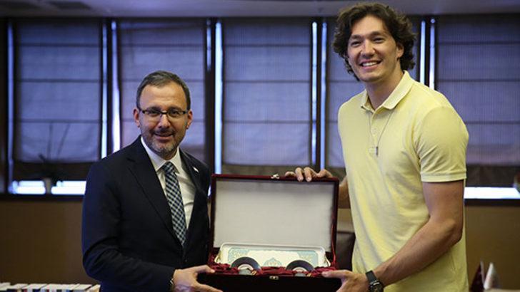 Bakan Kasapoğlu, Cedi Osman'ı konuk etti