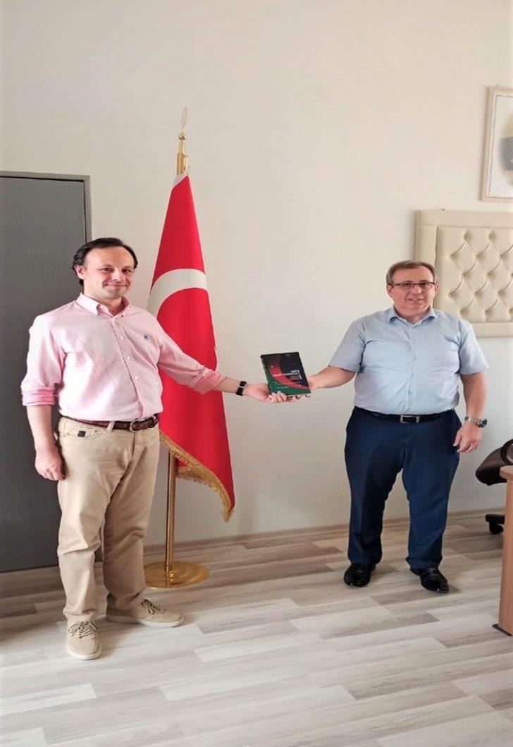 Öğr. Gör. Dr. Akbal, Rektör Prof. Dr. Tabakoğlu'na kitabını takdim etti