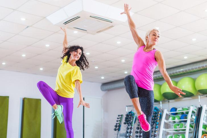 Zayıflamak için spor salonuna gitmek zorunda değilsiniz! İşte ev için kardiyo antrenmanı programı...