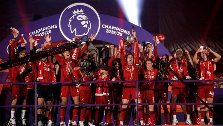 Liverpool şampiyonluk kupasını kaldırdı