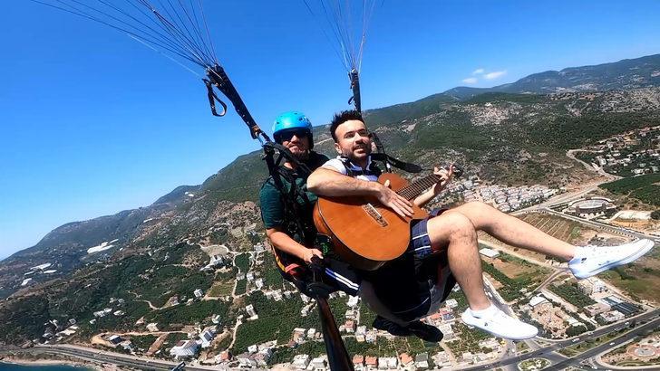 Yamaç paraşütüyle atlayış yapıp, 800 metrede gitar çaldı