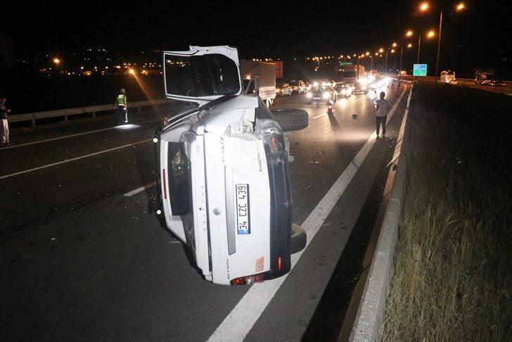 TEM'de otobüsle çarpışan pikap devrildi: 5 yaralı