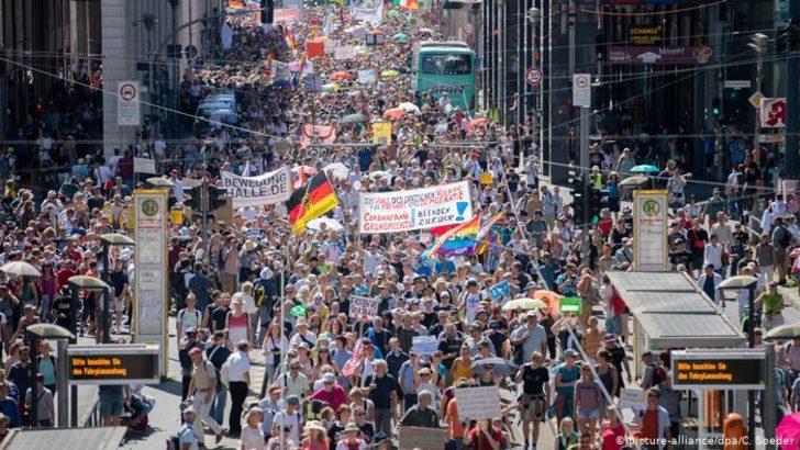 Korona tedbirlerine karşı Berlin'de büyük gösteri