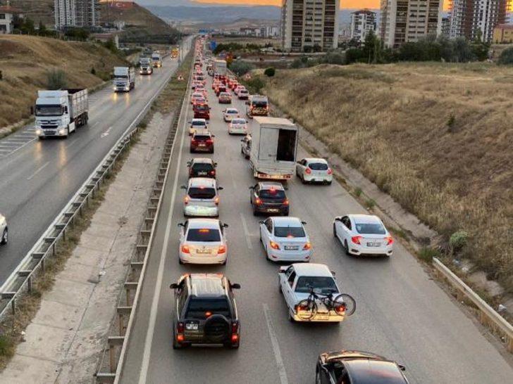 43 ilin geçiş güzergahı! 'Kilit Kavşak'ta trafik durdu