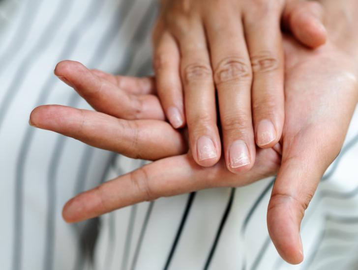 Uyurken eller ve parmaklar neden uyuşur, normal midir?