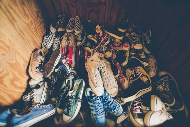 Bunu yapmazsanız dolaba kaldırılan ayakkabılar küf ve koku yapabilir! Ayakkabının içine...