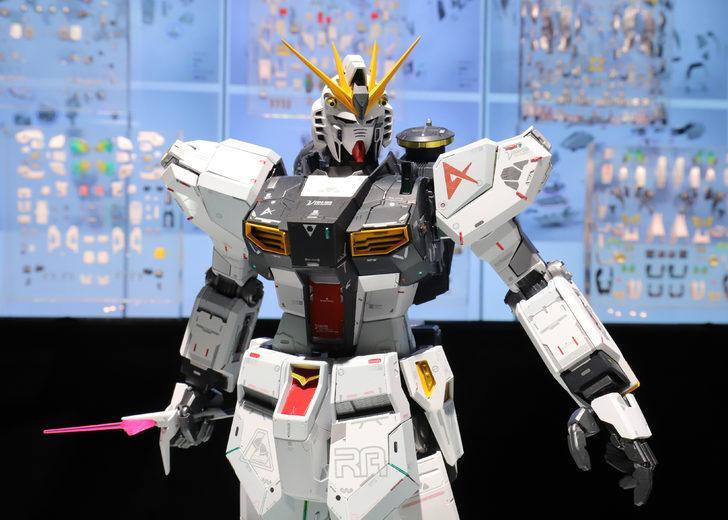 18 metrelik Gundam robotu ilk adımlarını attı