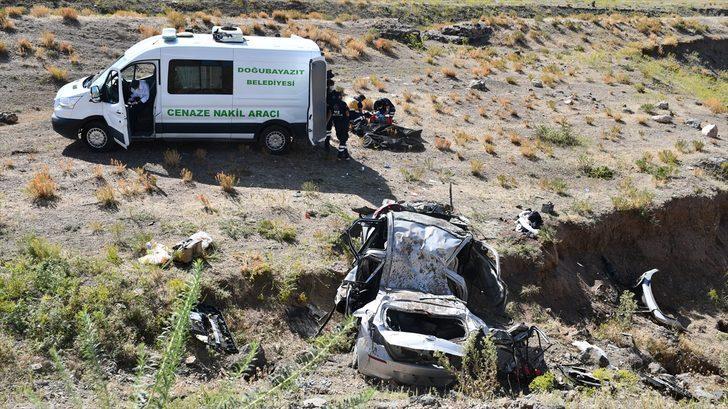 Ağrı'da otomobil şarampole devrildi: 2'si çocuk 4 kişi hayatını kaybetti
