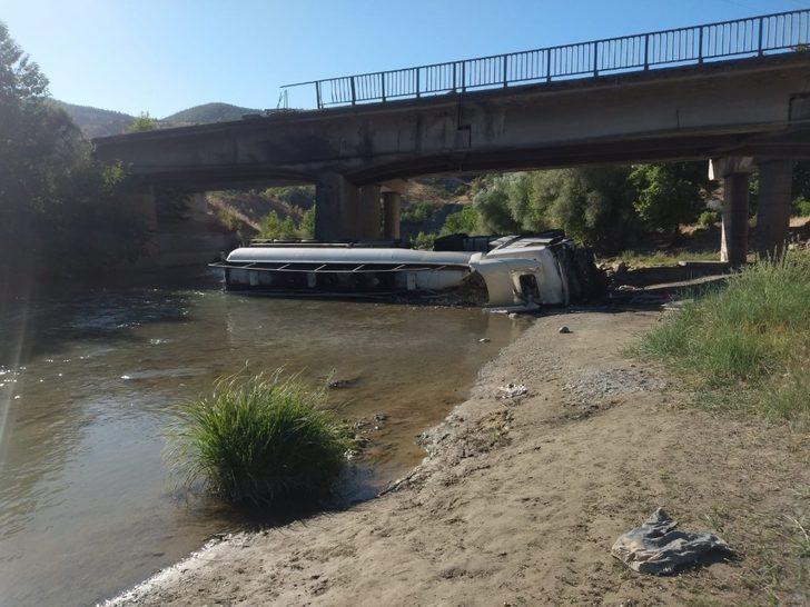 Yakıt tankeri köprüden düştü