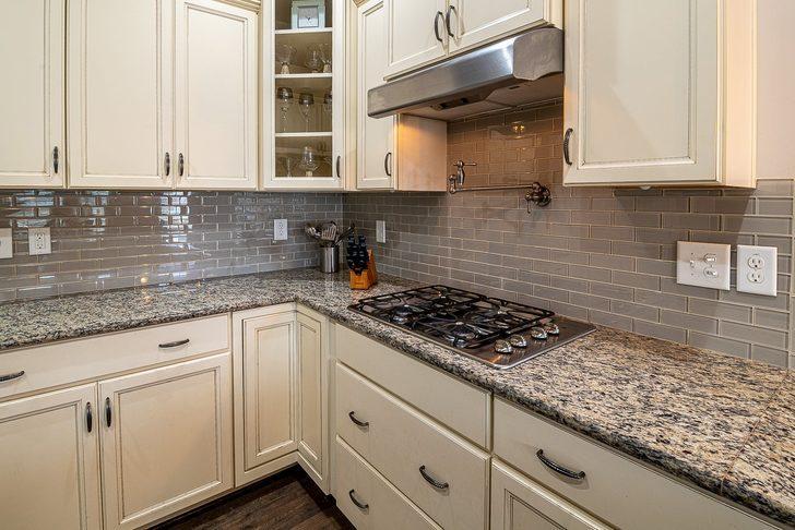 Mutfak dolaplarındaki yağ lekeleri canınızı sıkmasın! İşte o pratik yöntem...