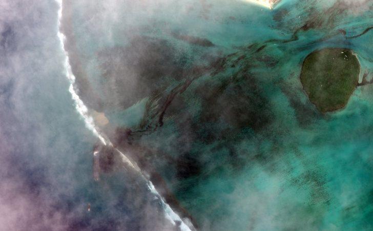 Mauritius Adası'nda karaya oturan tankerden petrol sızmaya başladı