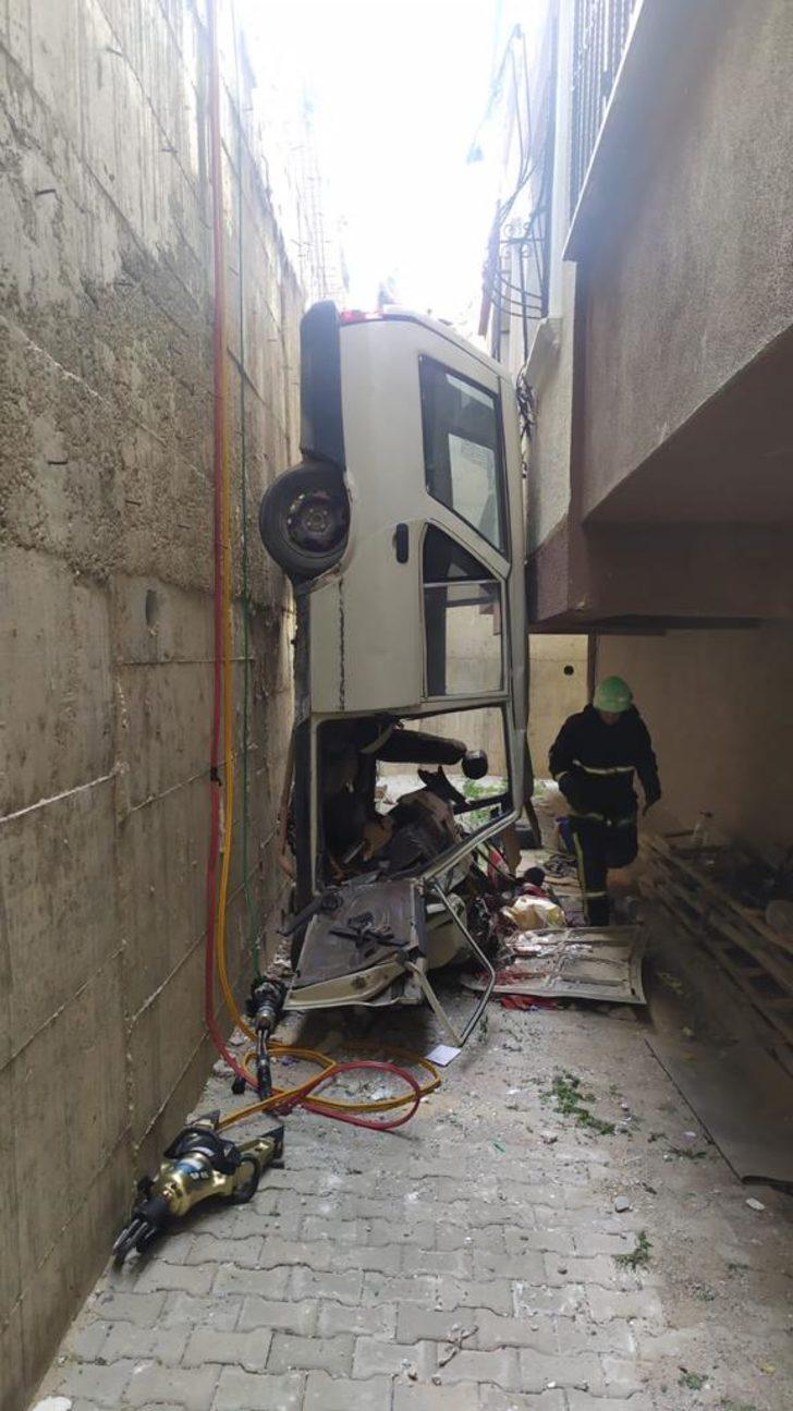 Devrilen otomobil, bina ile duvar arasında dik durdu