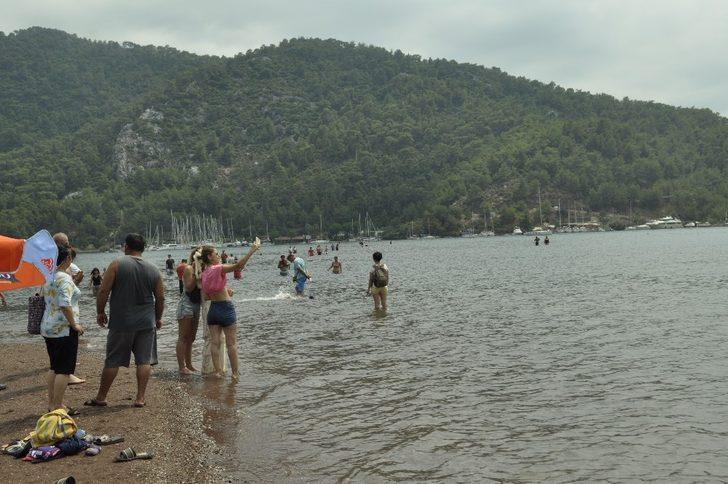 Marmaris'te plajlar doldu taştı! Tatil sevdası koronavirüsü unutturdu