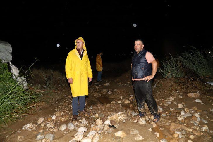 Manisa'da sağanak nedeniyle dereler taştı, yollar kapandı