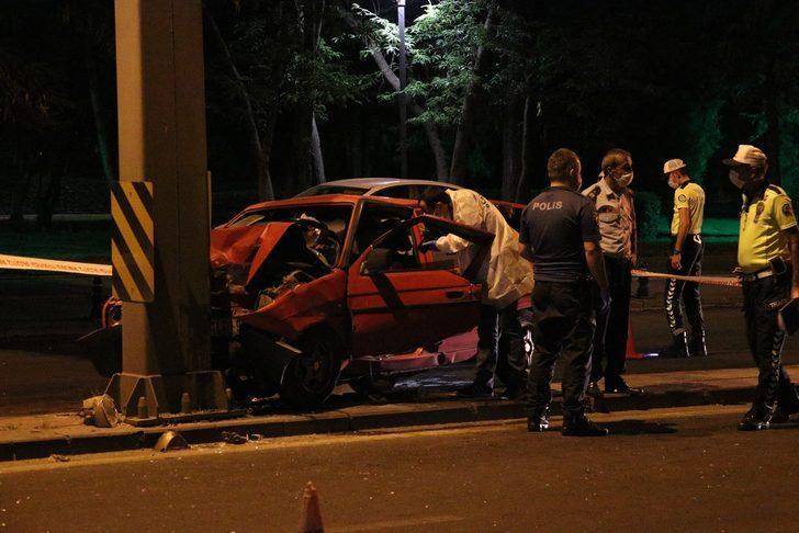 Ankara'da feci kaza! Otomobil aydınlatma direğine çarptı: 1 ölü