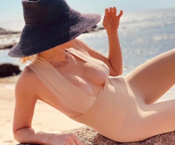 Ünlü komedyen Chelsea Handler cerrahi maskeyi göğüslerini kapatmak için kullandı