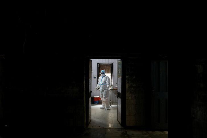 'Kesin kanıt' bulundu: Koronavirüs havada asılı kalıyor, 2 metre yetersiz