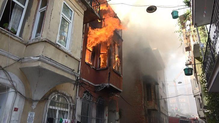 Beyoğlu'nda yangın paniği! Mahalleli kendini sokağa attı