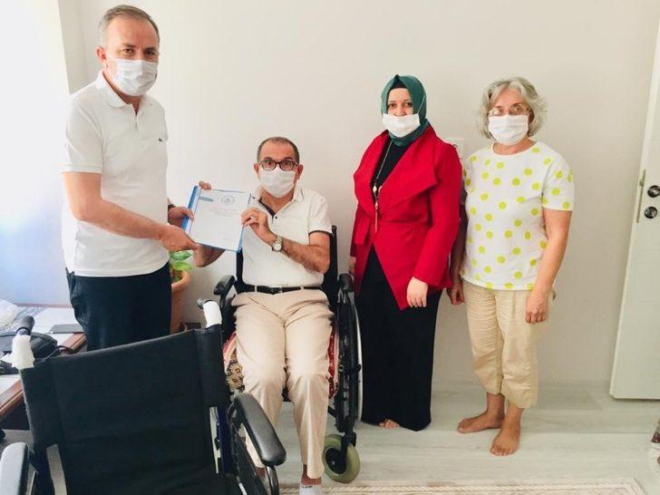Milletvekili Ceylan'dan engelli genç kıza tekerlekli sandalye