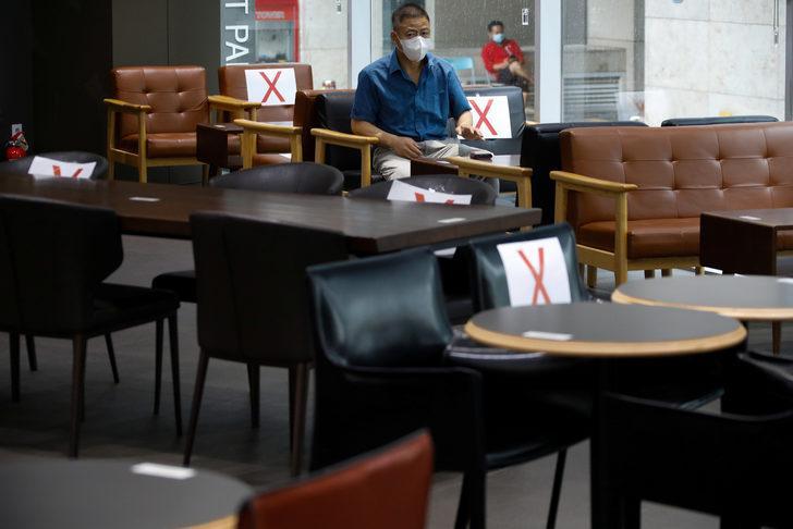 İki saat kafede oturdu, 56 kişiye virüs bulaştırdı!