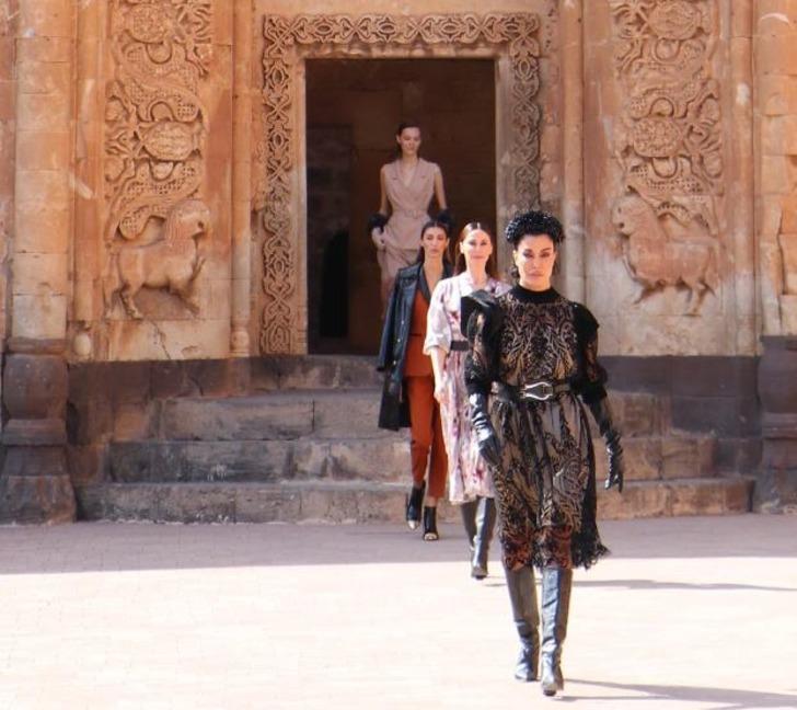 İshak Paşa Sarayı'nda ünlü mankenlerden defile