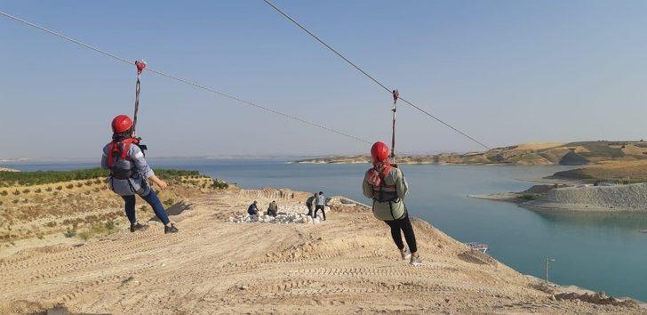 Koruma ve bakım altındaki çocukların zipline ve tekne turu heyecanı