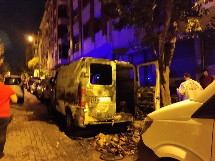 Güngören'de panelvan minibüs sokak ortasında alev alev yandı