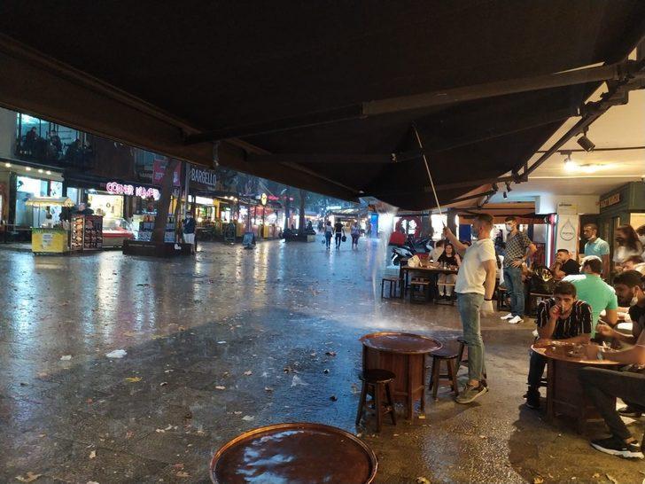 Cadde ve sokaklar göle döndü! Denizli'de sağanak yağış hayatı olumsuz etkiledi
