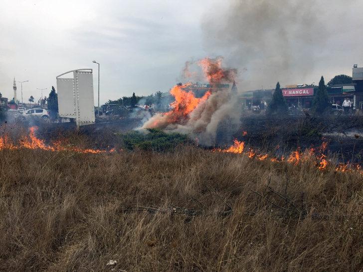 Milletvekiline meşaleli karşılama yangına neden oldu