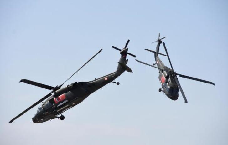 Eskişehir'de akrobasi pilotlarının gösterisi nefes kesti
