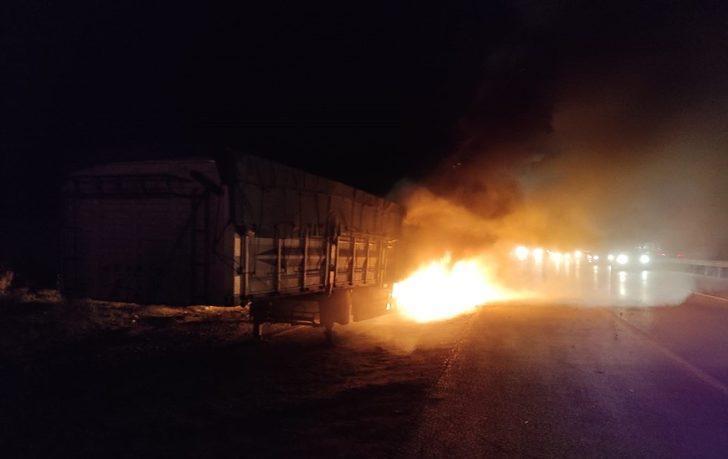 Kırıkkale'de seyir halindeki TIR'ın lastikleri alev alev yandı