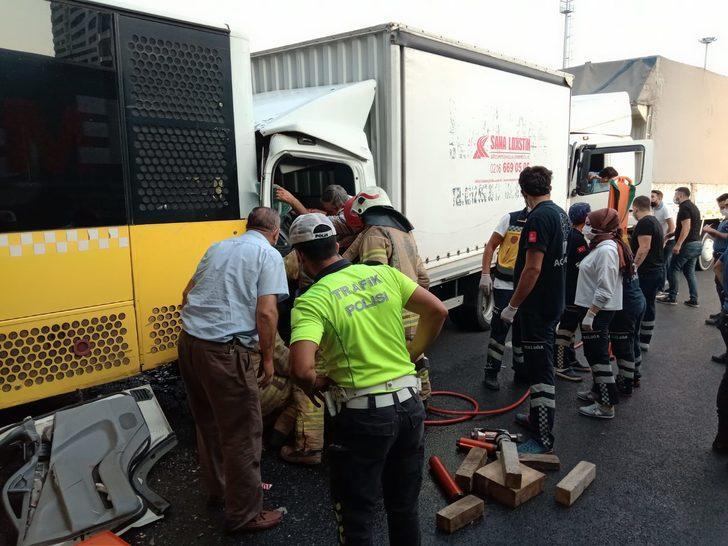 Küçükçekmece'de kamyonet İETT otobüsüne çarptı