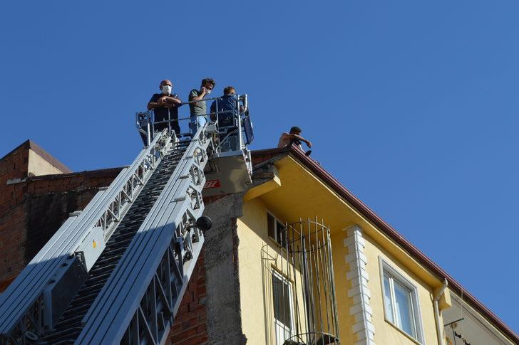 Elazığ'da intihar etmek için çatıya çıktı, polis ikna etti