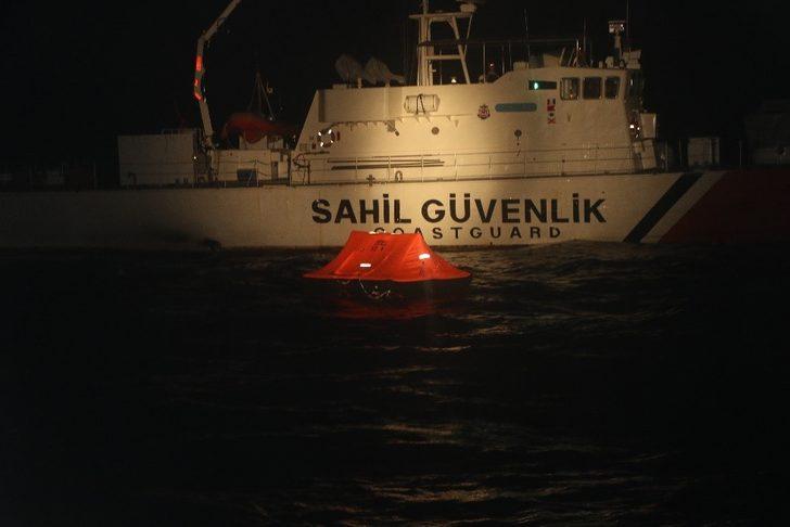 İzmir'de Türk kara sularına itilen 48 kaçak göçmen kurtarıldı