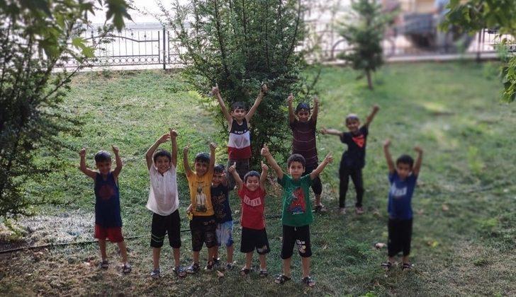Sıcaktan bunalan çocukları belediye ekipleri serinletti