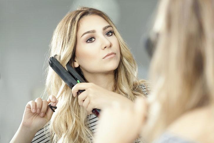 Ünlü modeller bu yöntemi kullanıyor! Saç düzleştirici ile bakın neler yapılıyor
