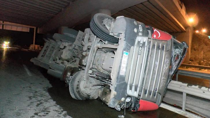 Çekmeköy'de kum yüklü TIR devrildi