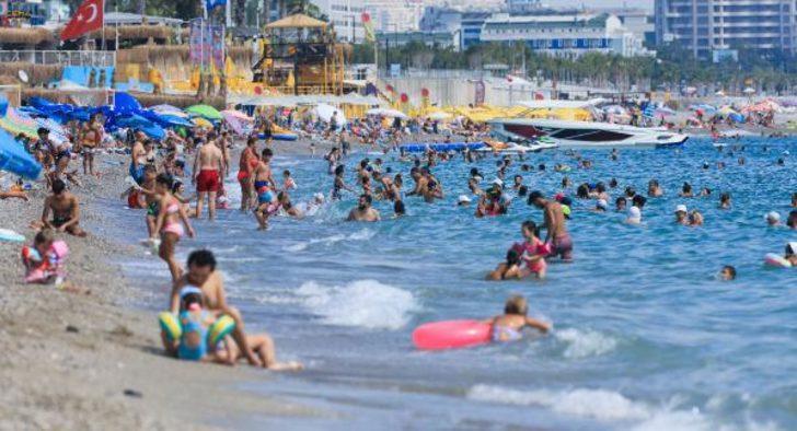Antalya'da sıcaktan ve nemden bunalanlar sahile koştu, tedbirler unutuldu