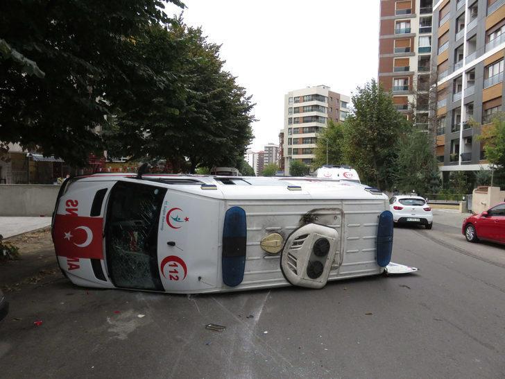 Kadıköy'de ambulans kaza yaptı: 4 sağlıkçı yaralı