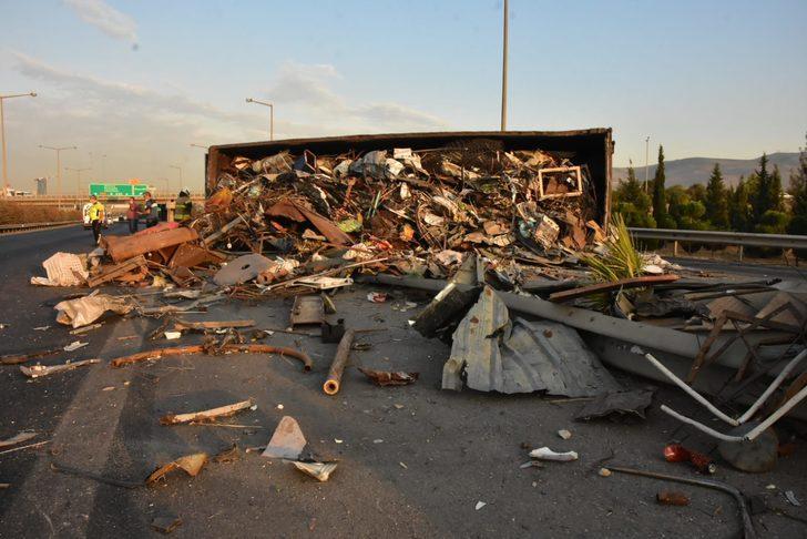 İzmir'de hurda yüklü TIR devrildi