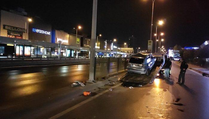 Direksiyon hakimiyetini kaybeden sürücü demir korkuluklarına çarpıp araçta sıkıştı thumbnail
