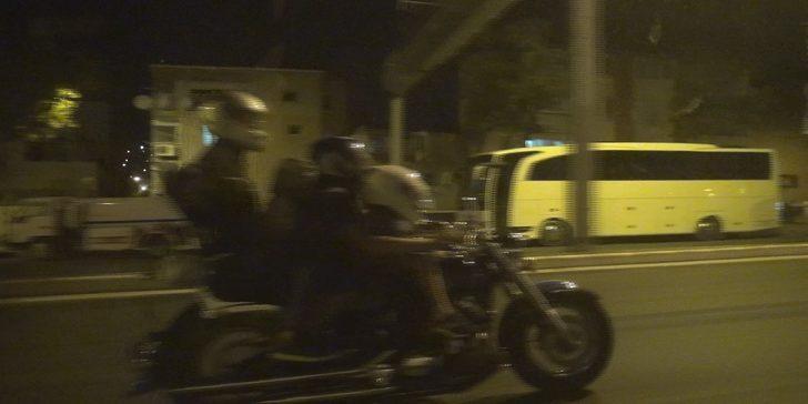 Motosiklette tehlikeli yolculuk! 4 kişi bindiler