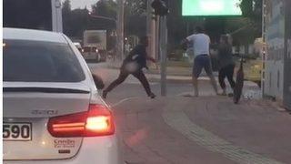 Sopayla saldırdılar! Trafikte korkutan anlar