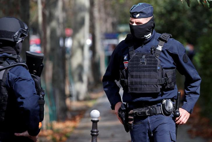 Paris'te bıçaklı saldırı: 4 yaralı